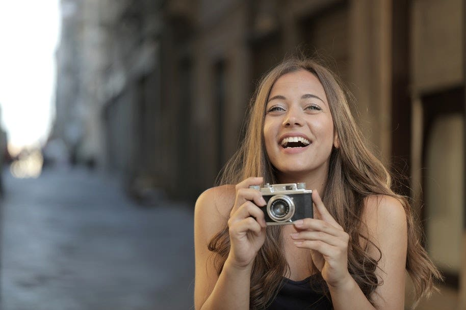 woman with mirrorless camera